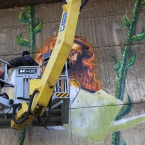 GRAFFITIGIRLONASWING49.jpg